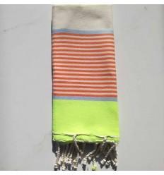Enfant fluo, bleu, orange et blanc cassé