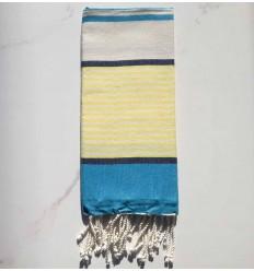 Enfant bleu, bleu jean foncé, jaune et blanc cassé
