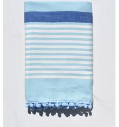 Fouta blanc cassé, bleu et azurin avec pompons