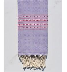 Fouta thalasso mauve clair avec motifs magenta foncé